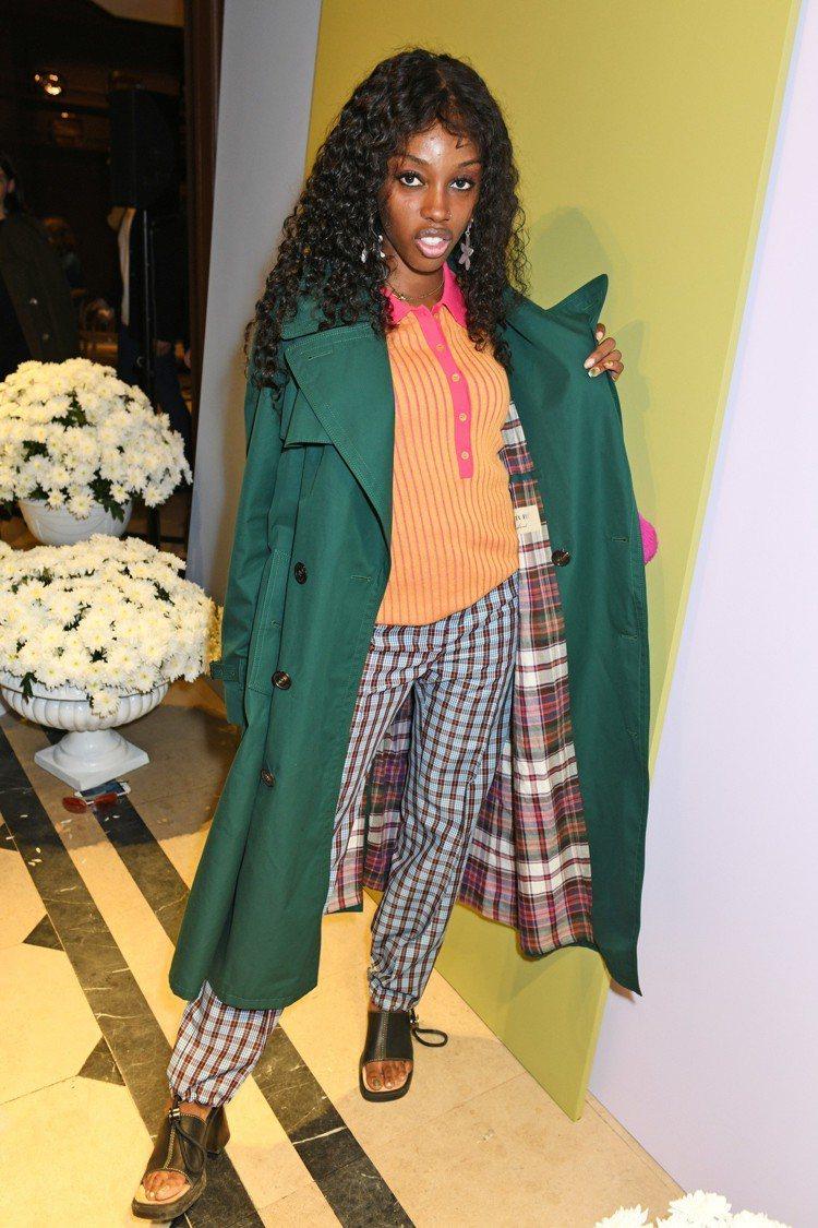 模特兒Zaina Miuccia以綠色和橙色的衝突,搭出搶眼效果。圖/BURBE...
