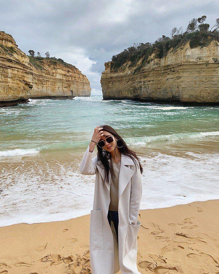 孫芸芸在澳洲大洋路旅途中穿上優雅大衣。圖/取自IG