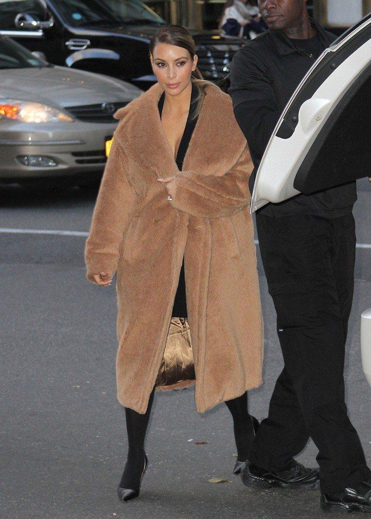 金・卡戴珊穿駝色泰迪熊大衣,售價14萬9,900元。圖/Max Mara提供
