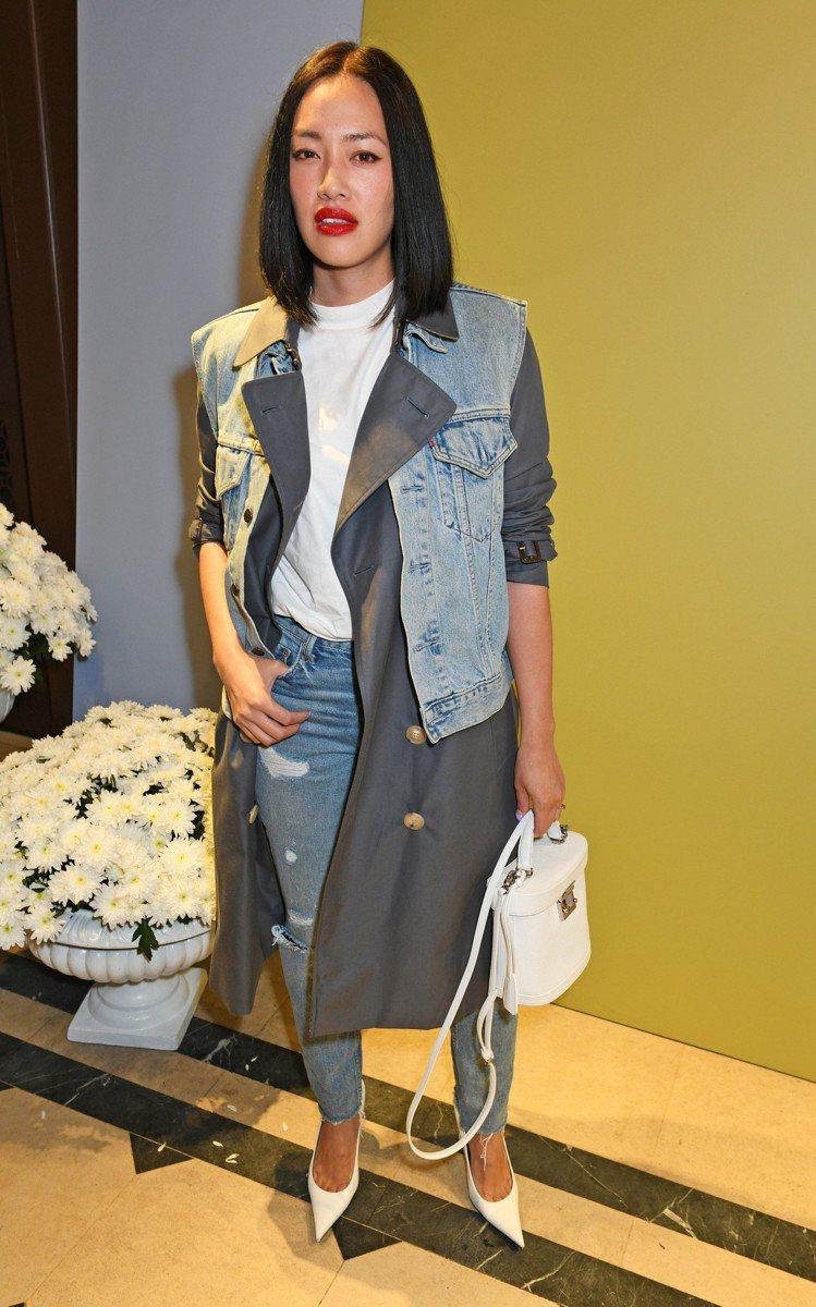 Tiffany Hsu身穿BURBERRY風衣搭配丹寧背心,別具創意。圖/BUR...