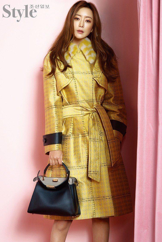 金喜善早前曾穿上亮黃色早春大衣,貴氣逼人。圖/取自m.blog.naver.co...