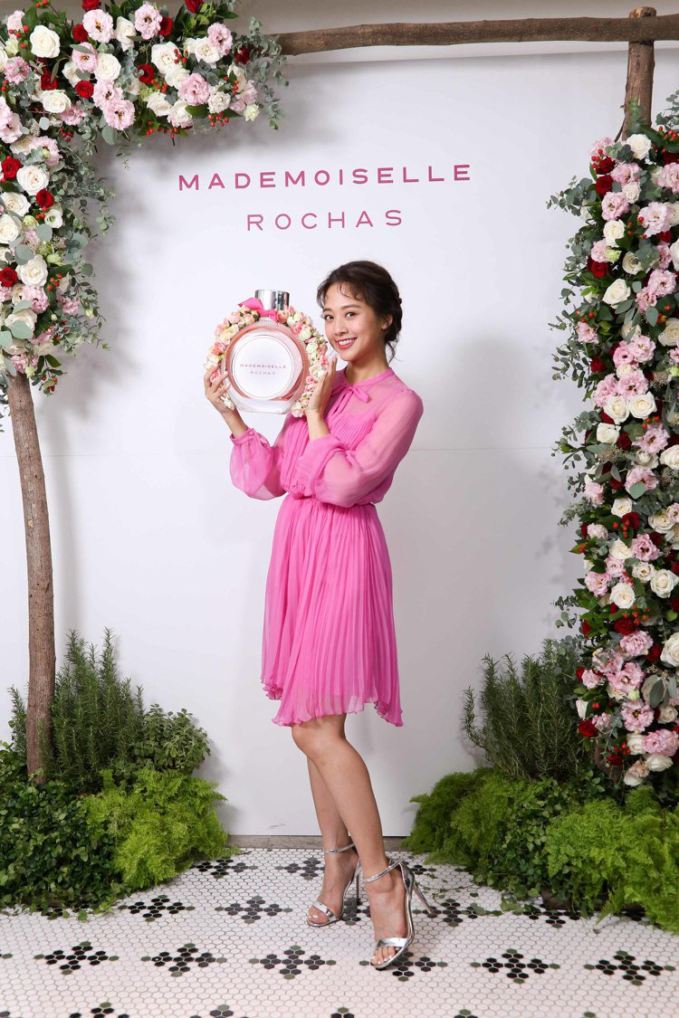 鬼鬼吳映潔身穿ROCHAS亮粉色連衣裙,為Mademoiselle Rochas...