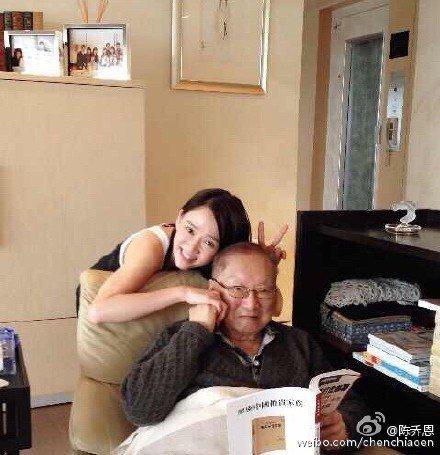 陳喬恩(左)和金庸感情很好。圖/擷自陳喬恩微博