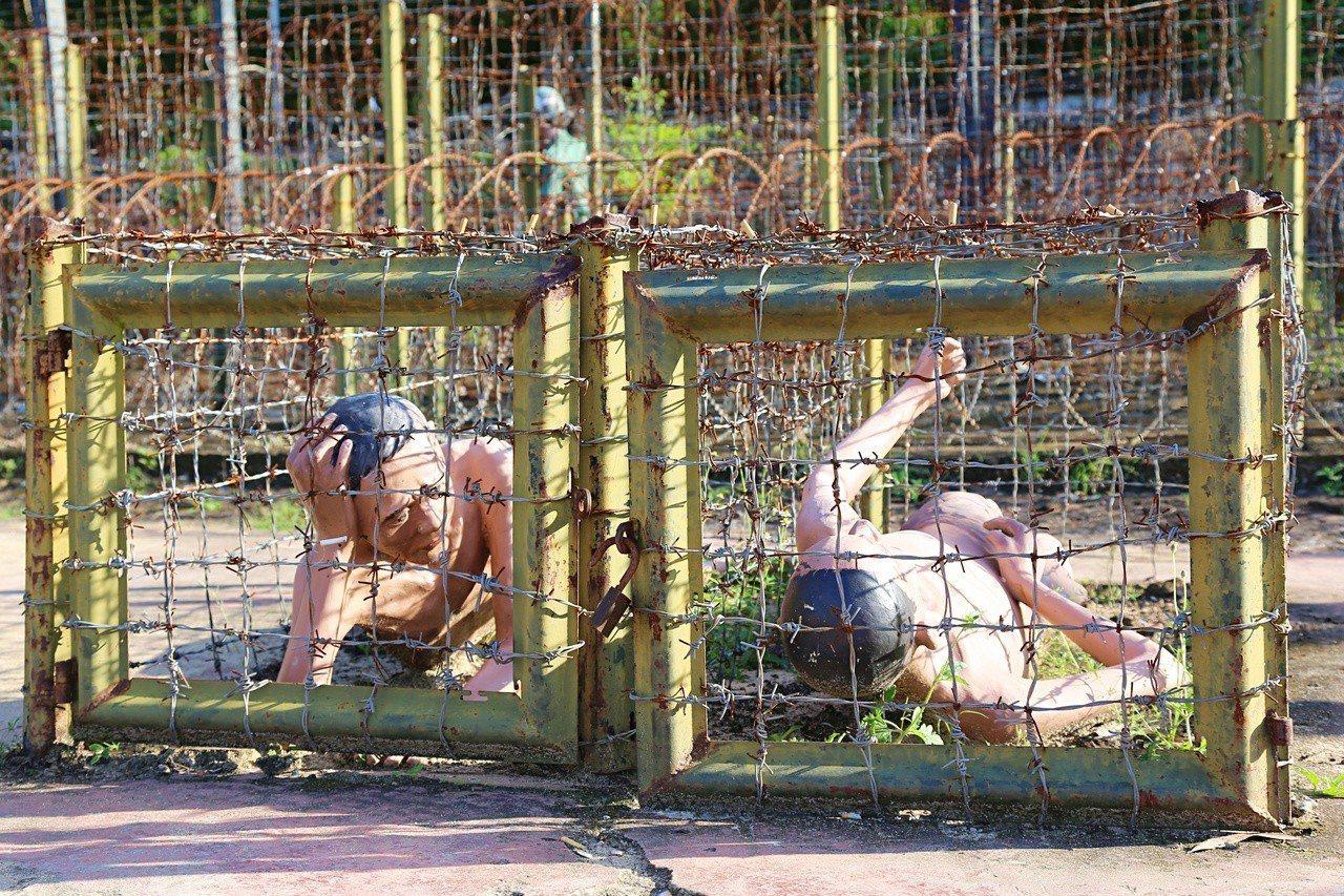 政治犯被關在無法站立的牢籠,只能趴著或躺著。記者魏妤庭/攝影
