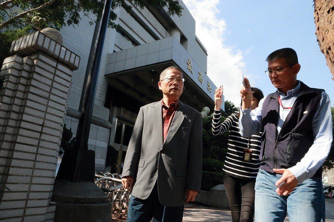 前台北市議員謝明達(左)請求刑事補償,最高法院30日開庭。謝明達庭訊後表示感謝大...