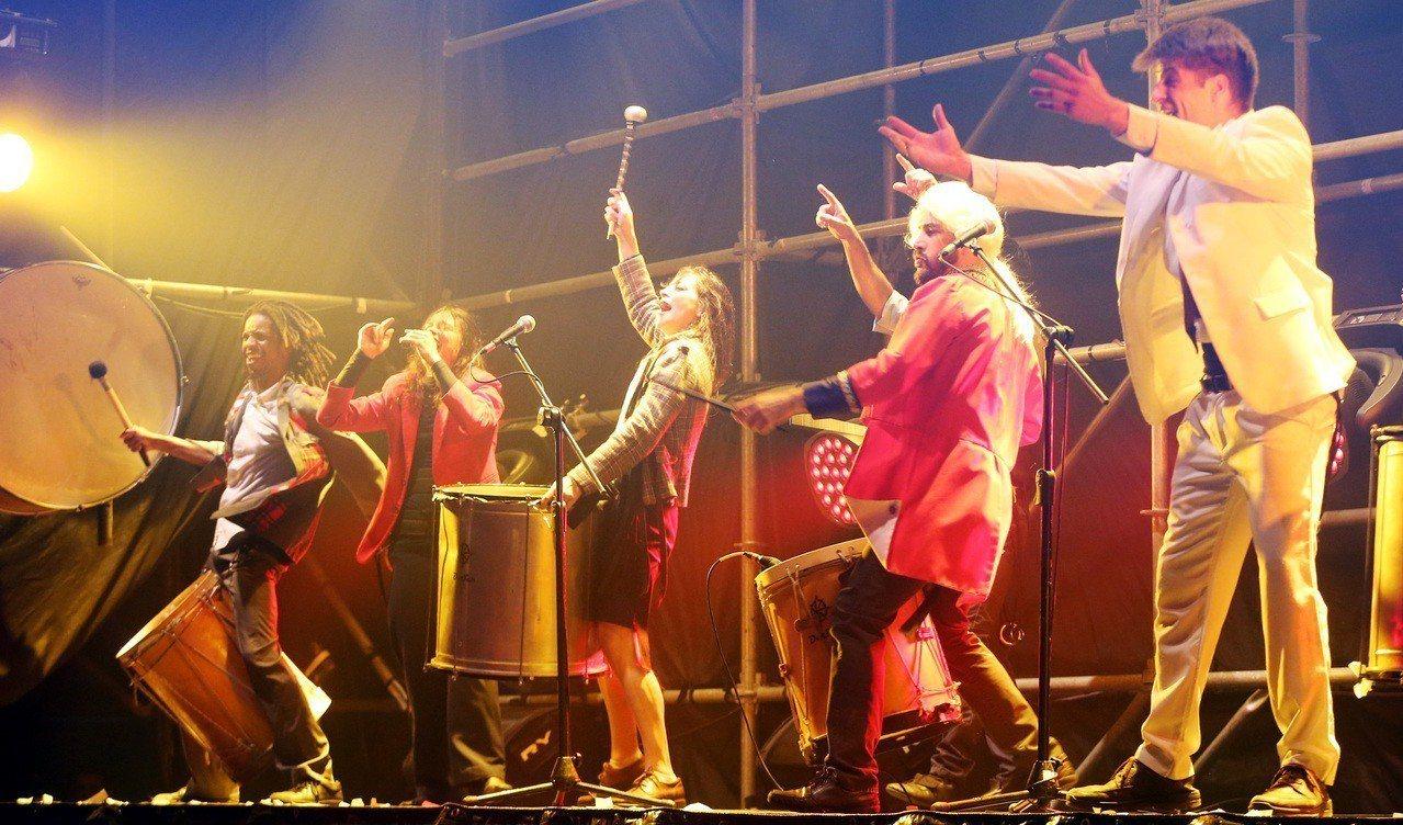 「極限震撼+」今天於台北南港62號公園旁登場,演員在舞台上盡情敲打樂器。 記者侯...