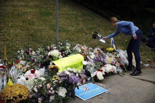 美國匹茲堡「生命樹」猶太教堂槍擊案奪走11名信徒性命,不少民眾在案發地點獻花表示...
