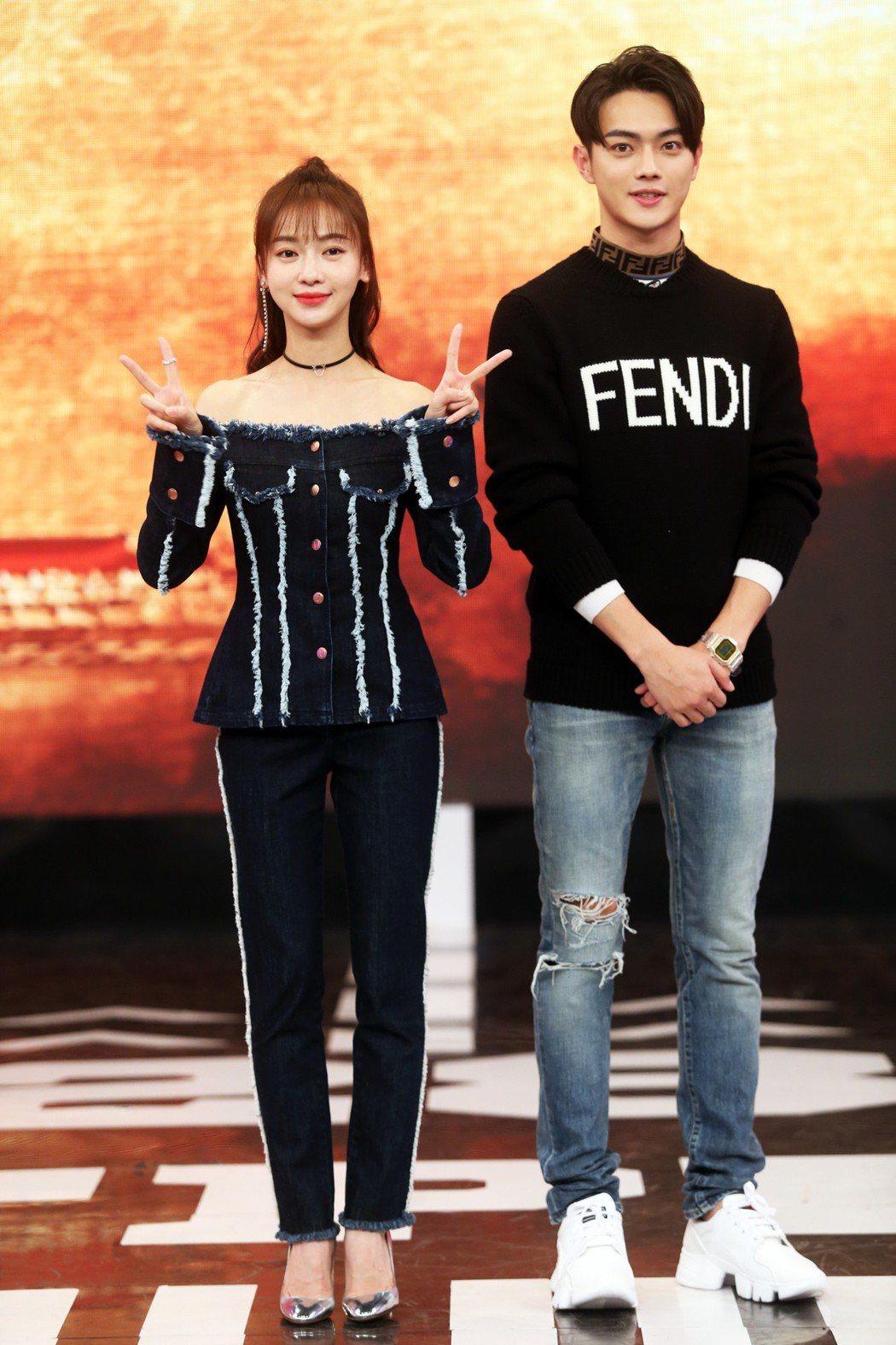 許凱(右)及吳謹言(左)下午參加八大電視台《娛樂百分百》的節目錄影。記者徐兆玄/...