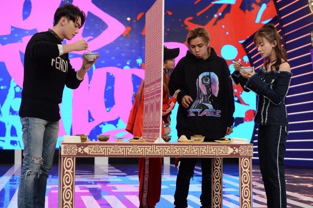 許凱(左)與吳謹言(右)上「娛樂百分百」玩遊戲。圖/八大提供
