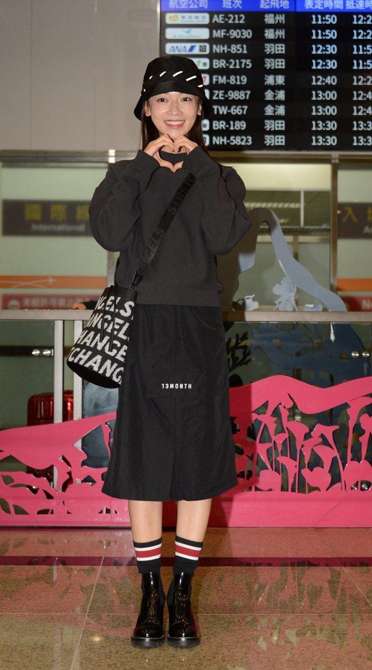 戴著漁夫帽的吳謹言則是身穿潮牌Champion的黑色衛衣搭黑色窄長裙,搭配塗鴉風...