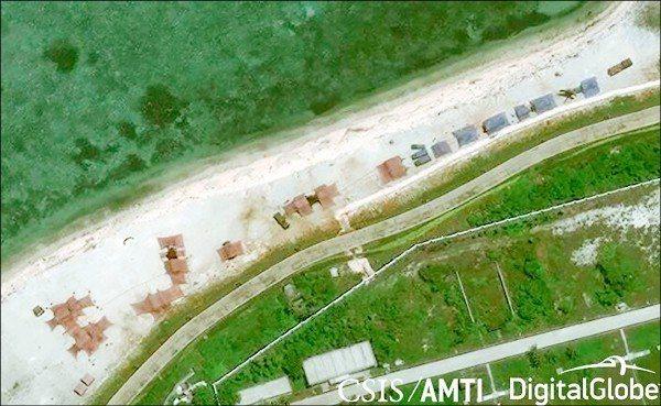中共近年持續在南海進行軍事部署。美國「亞洲海事透明倡議」(AMTI)組織衛星影像...