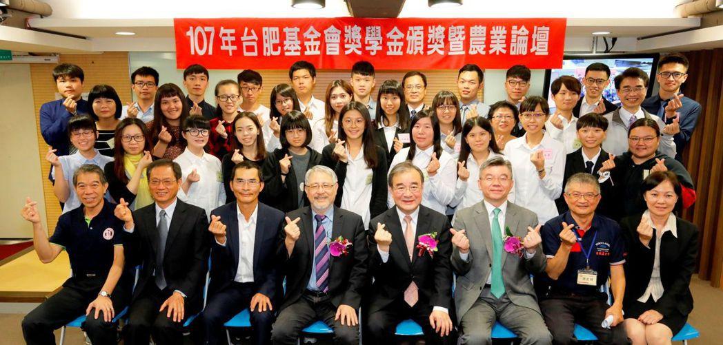 台肥公司長官與獲獎的32位年輕學子於會場合影 台肥公司/提供