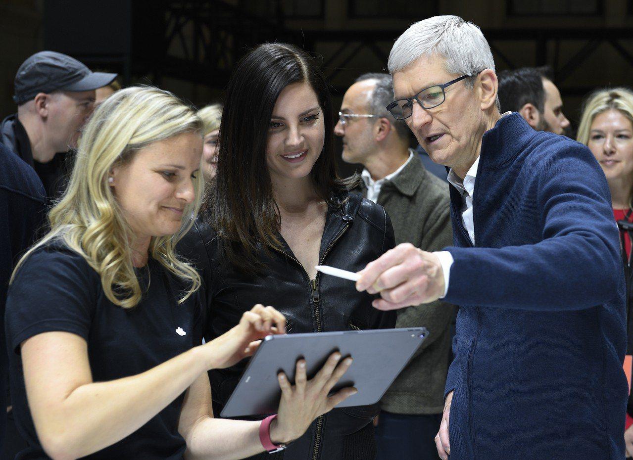 蘋果執行長庫克親自出席在紐約的發表會。 新華社