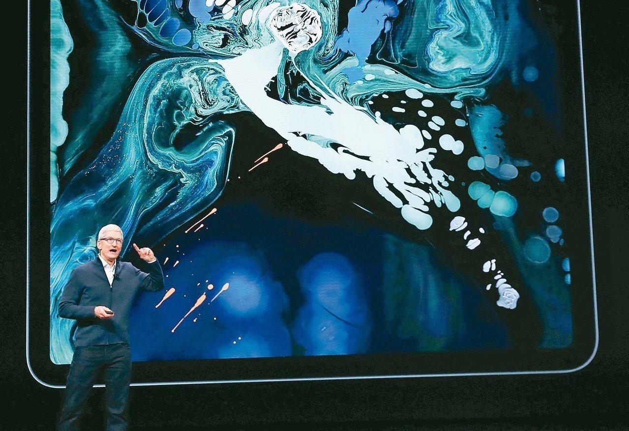 蘋果發表會中,蘋果執行長庫克展示新iPad Pro。 路透
