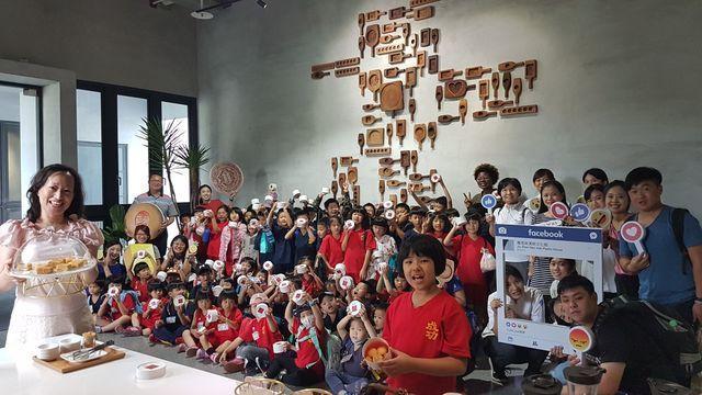 高雄市苓雅區成功國小在校長呂佳真(左一)帶領幼兒園及一、二年級師生,校外教學參訪...