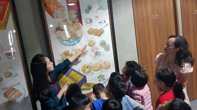 舊振南漢餅文化館品牌專員李昕恬向小朋友們解說,漢餅是老祖宗的文化且傳承至今,早已...