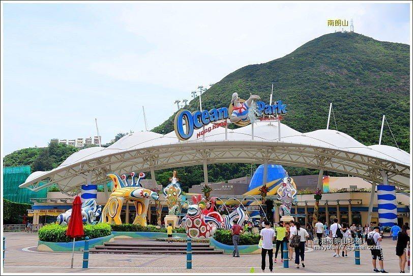 在海洋公園門口向上望去,南朗山一直向人們招手。