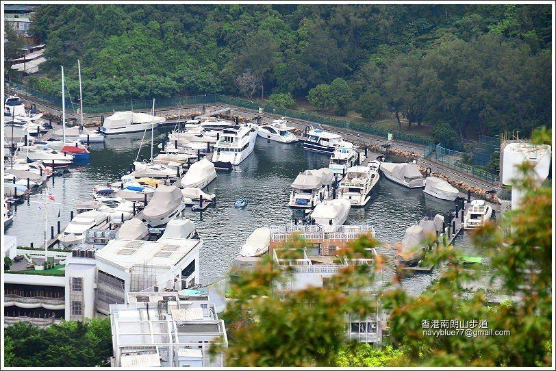 深灣裡的高級遊艇。