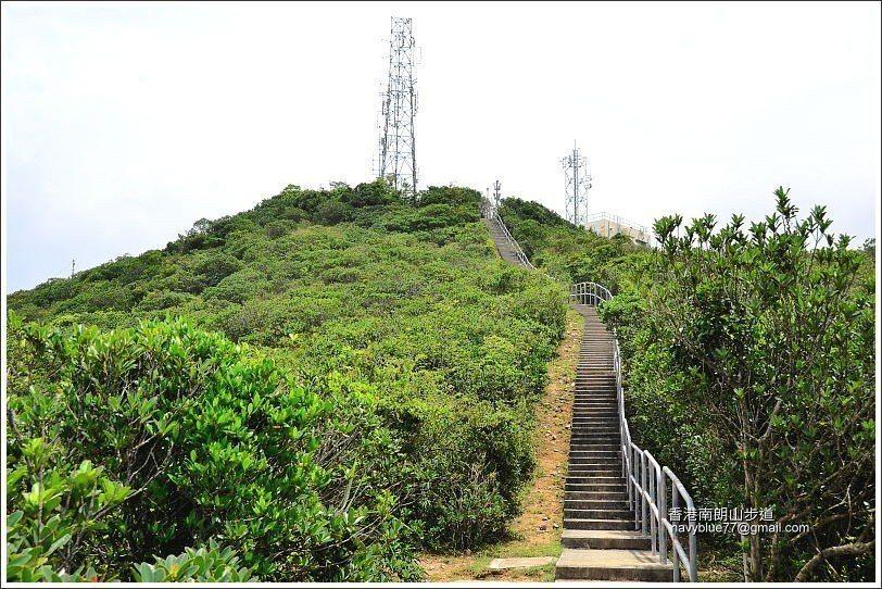 直升機停機坪到山頂的2百公尺是水泥階梯。