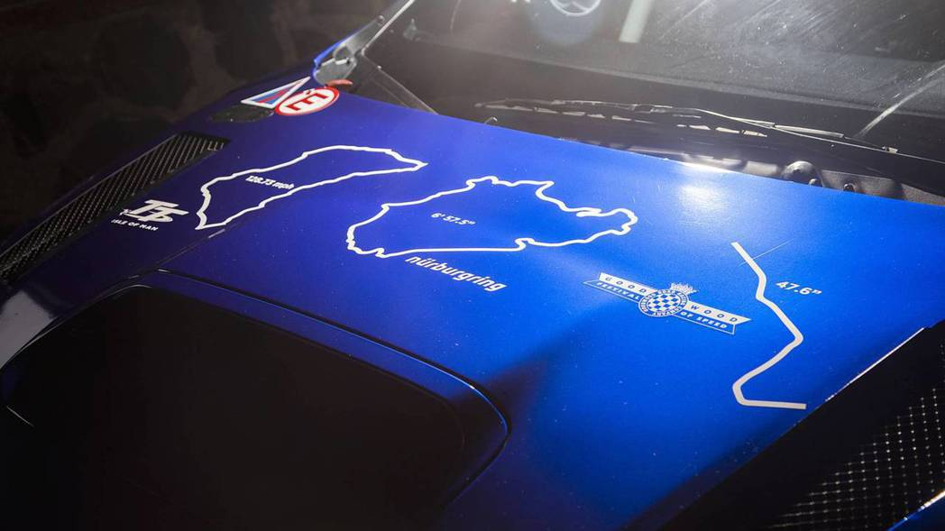 引擎蓋上貼著Subaru WRX STI Type RA的輝煌紀錄。 摘自Sub...