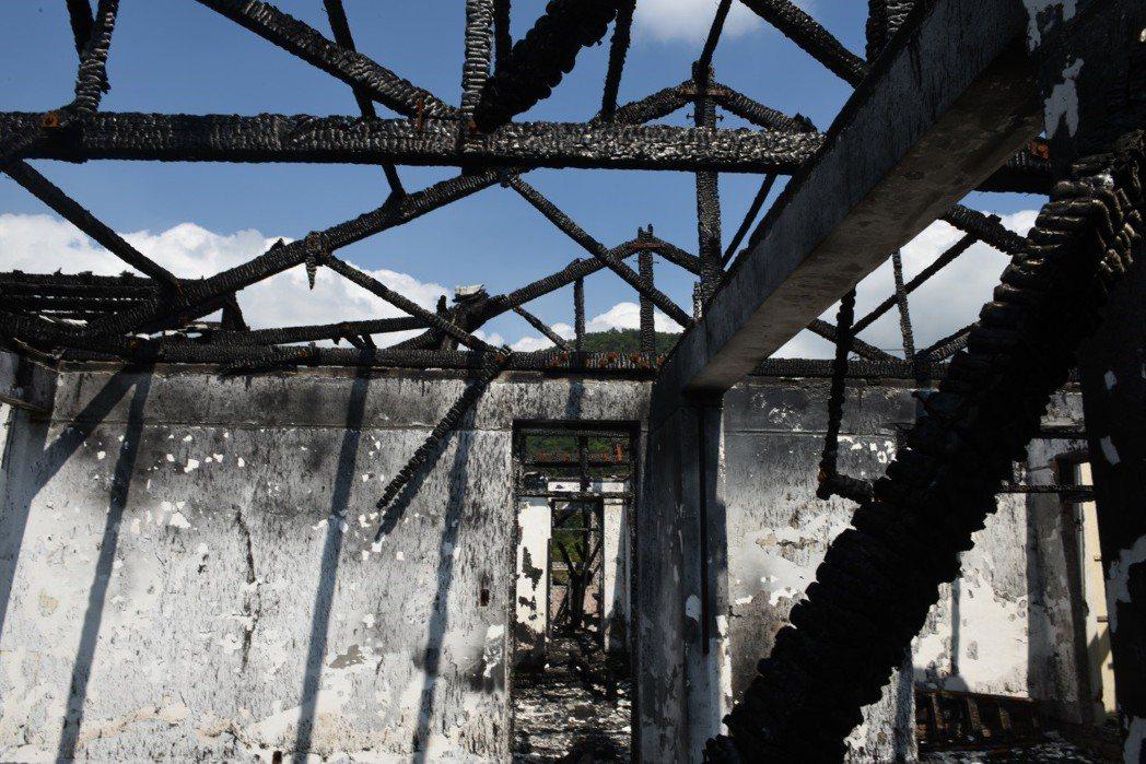 被火焚燒的陽明山美軍宿舍。 圖/作者自攝