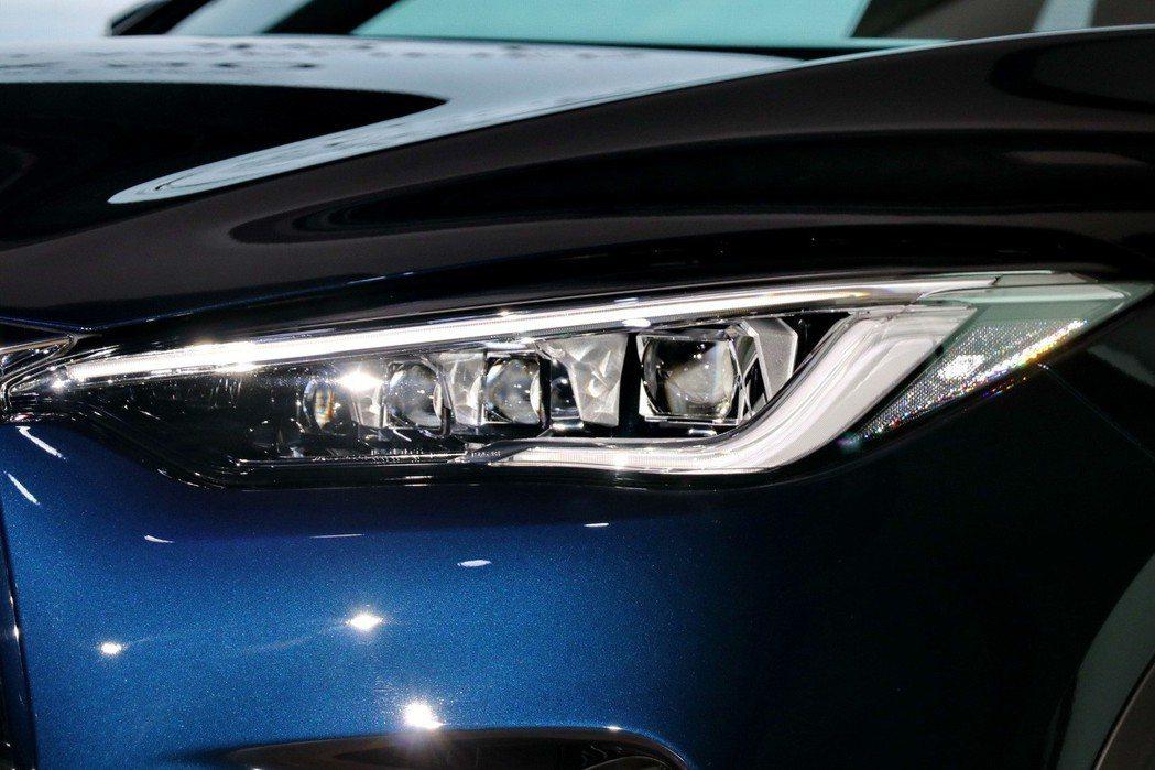 冰塊般透徹的星立方LED主動轉向頭燈。 記者陳威任/攝影