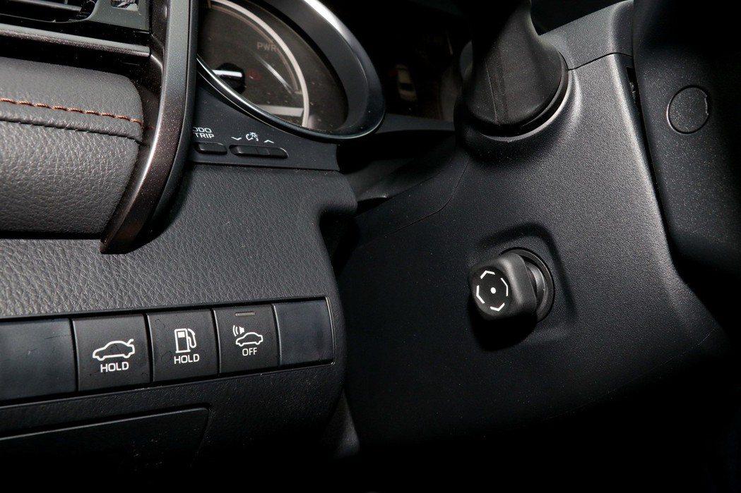旗艦HYBRID車型配備電動調整方向盤。 記者陳威任/攝影