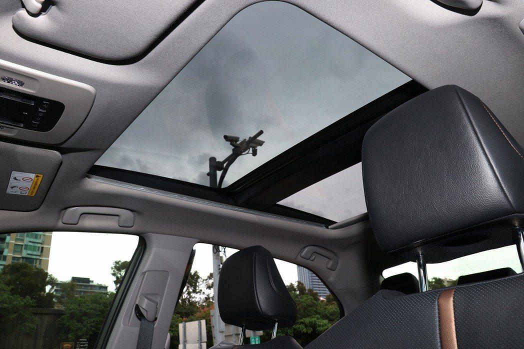 旗艦HYBRID車型配備豪華車常見的全景電動天窗。 記者陳威任/攝影