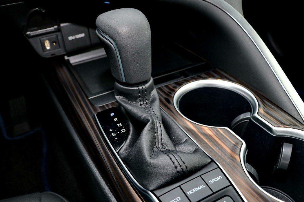 HYBRID車型搭配E-CVT電子控制無段變速系統(附多重駕駛模式EV/ECO/SPORT/NORMAL mode)。 記者陳威任/攝影