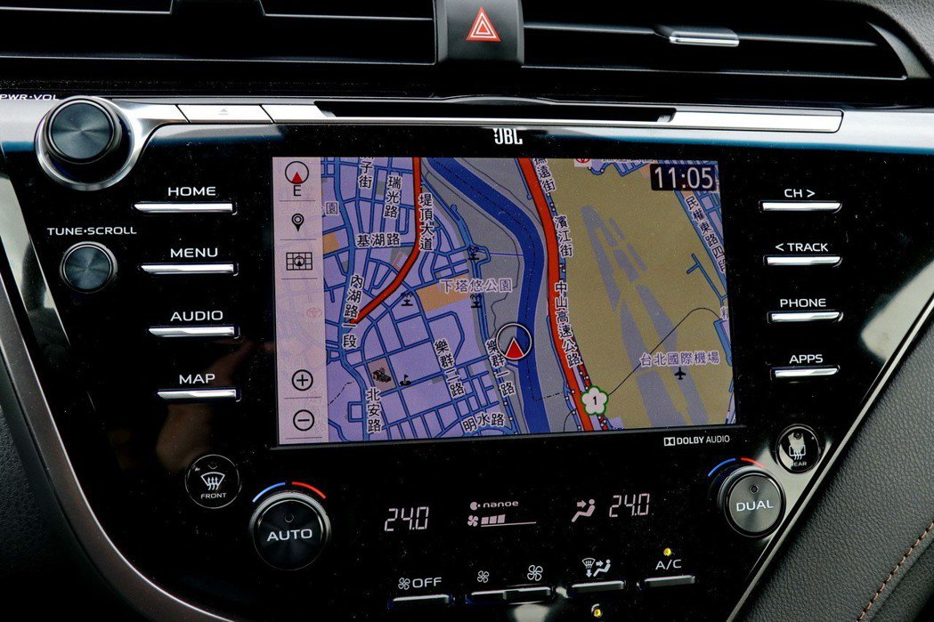 頂級的HYBRID旗艦車款配備8吋觸控式DVD影音主機(整合原廠衛星導航系統)。 記者陳威任/攝影