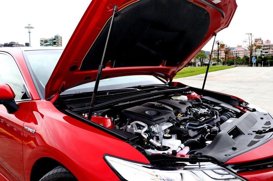 引擎蓋多了油壓頂桿,真的給人豪華車的感覺。 記者陳威任/攝影
