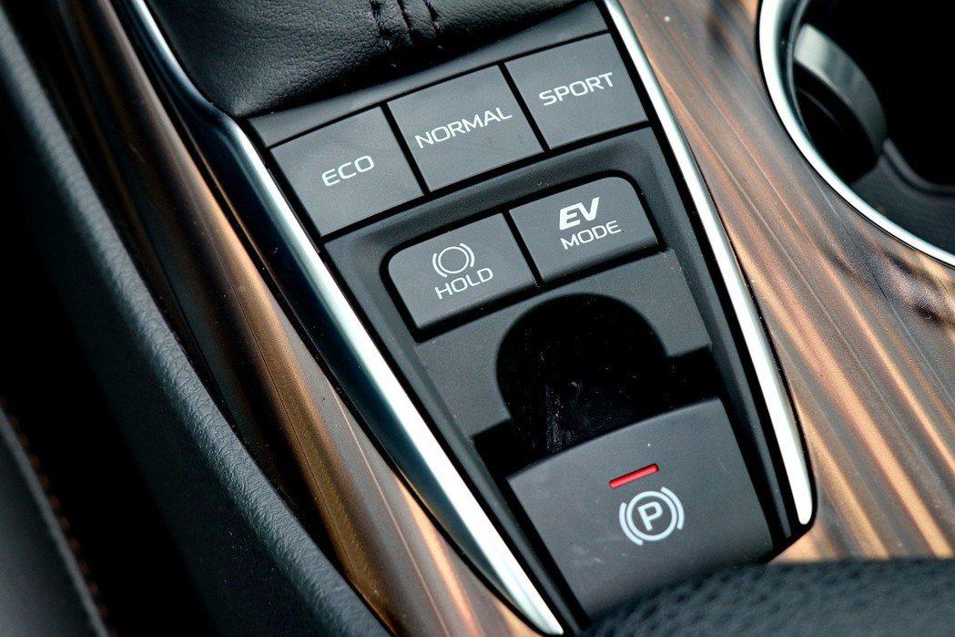 標配EPB電子駐車煞車、Auto Hold自動定車煞車系統。HYBRID車款則多了多重駕駛模式切換。 記者陳威任/攝影