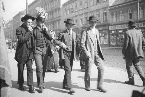 奧地利人的這種「臣民性格」帶有根深蒂固的「非政治」傾向。鉅變之下,走在大街上,逆...