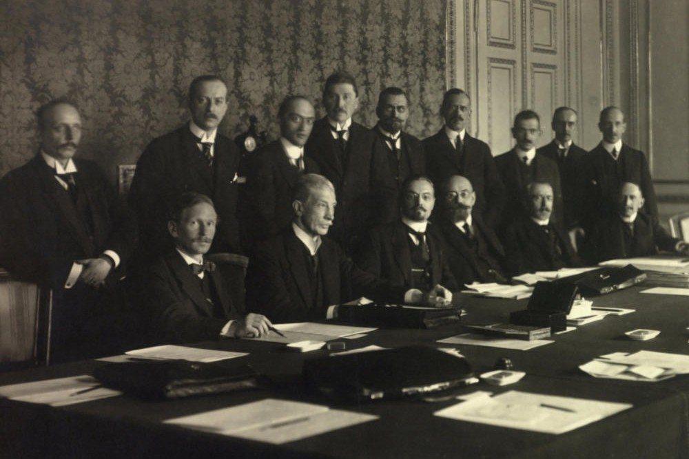 社民黨直到一戰的最後一刻都還力挽狂瀾地維護哈布斯堡專制,突然轉為「德意志主義」的...