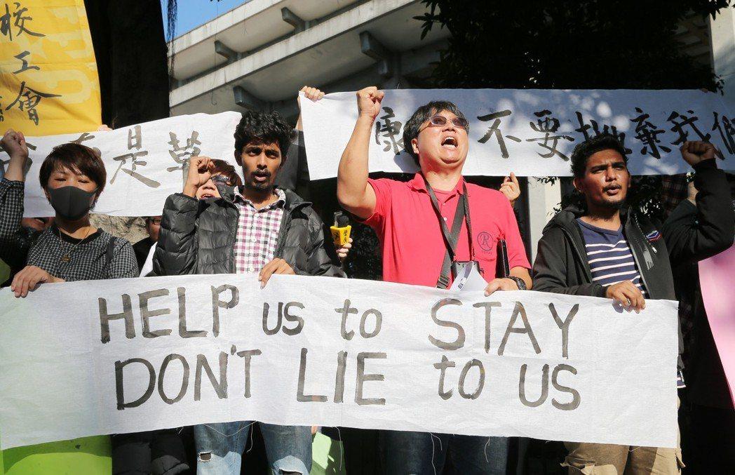 日本大轉彎,台灣怎麼辦?圖為康寧大學的斯里蘭卡學生疑遭仲介與學校聯手詐騙打黑工事...
