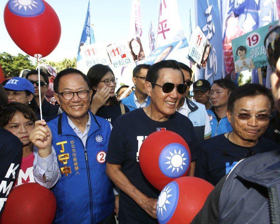 丁守中(左)希望借助馬英九(右)當年的「馬市長」魅力,拉回藍營選票。 攝影/郭晉瑋