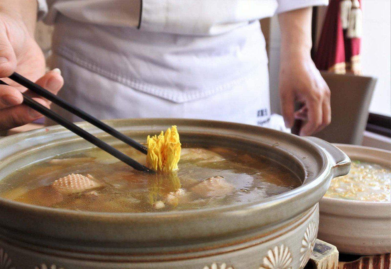 (圖/台灣旅行趣) ▲傳統廣東煲湯會採用堅果類燉煮,而此道師傅以曇花、蓮花、南北...