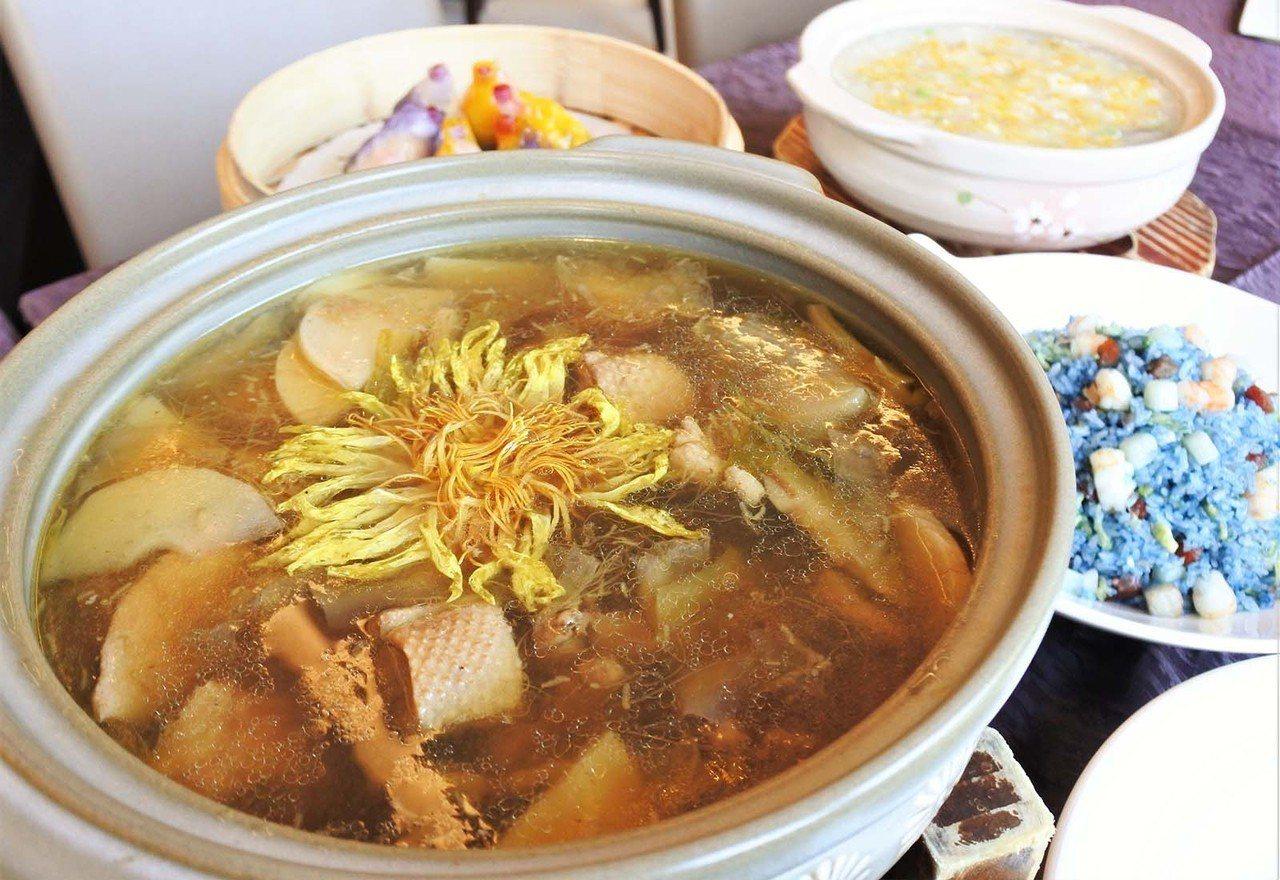 (圖/台灣旅行趣) ▲俗話說「入秋要先吃鴨」,鴨的脂肪與花香、甘甜筍味,使得這鍋...