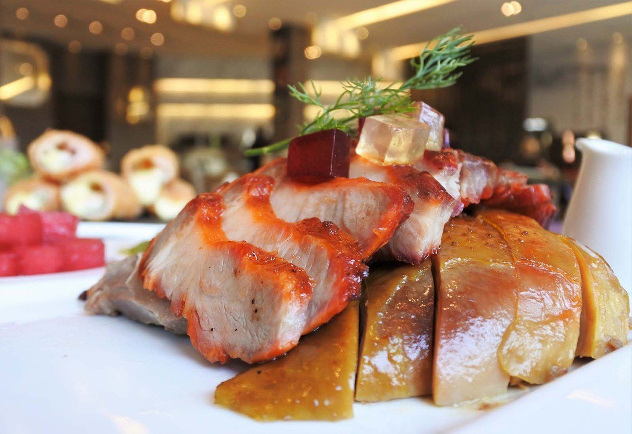 (圖/台灣旅行趣) ▲三大主角油雞、叉燒、烤鴨,淋上滷水後讓肉品更有風味。還利用...