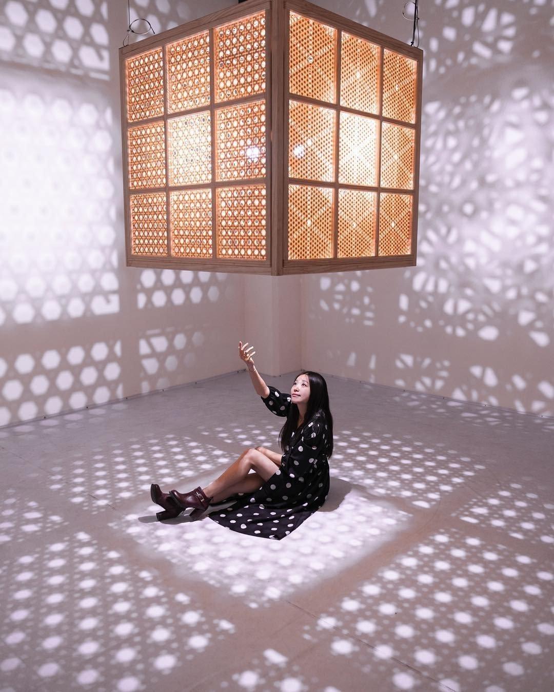 (圖/IG@r.ii.s.a提供) ▲最為亮點的就是位於「光」區的正方體竹籠,六...