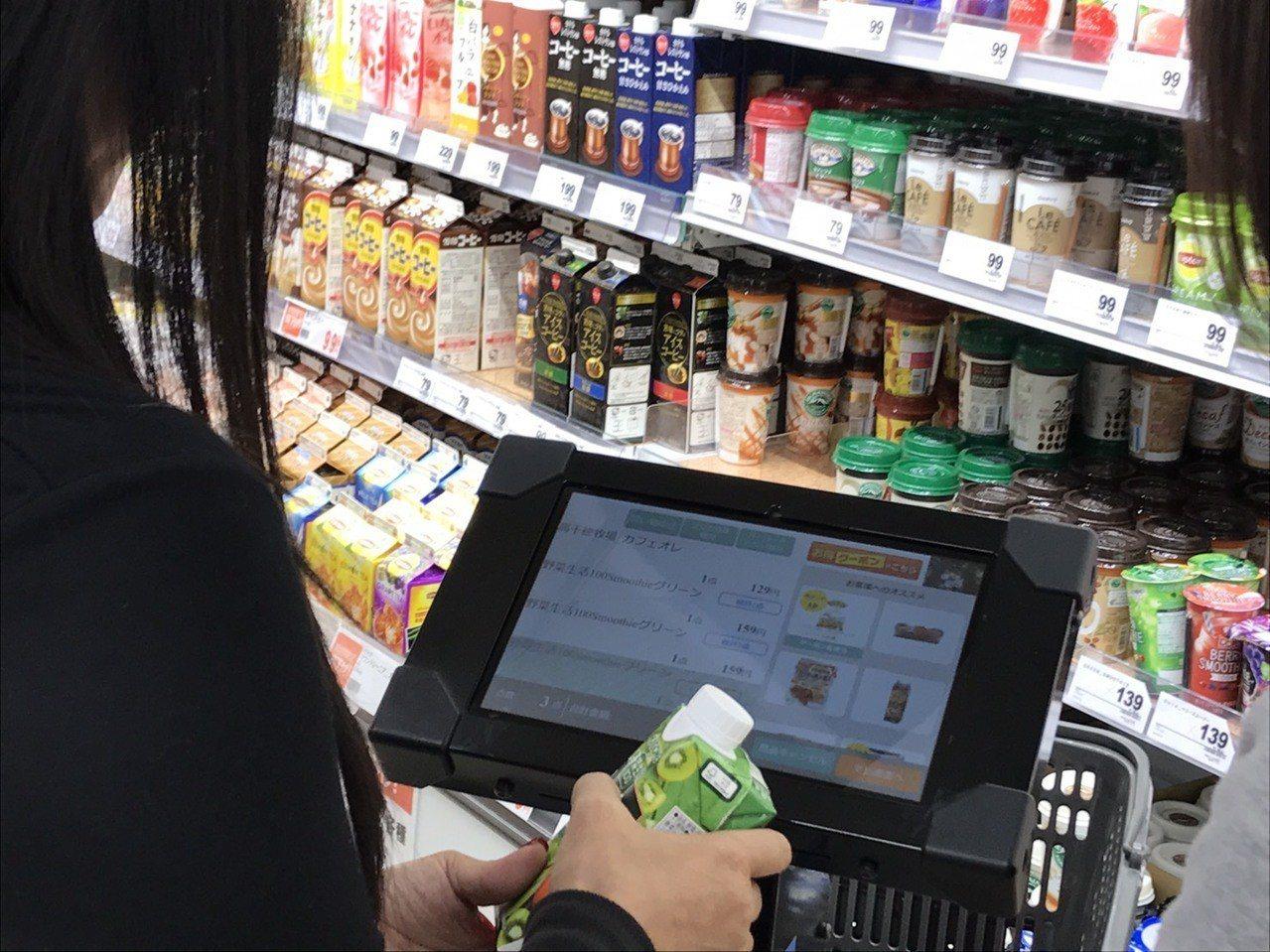GOCart(智能購物車),提供支付功能和商品的販促功能。記者葉卉軒/攝影