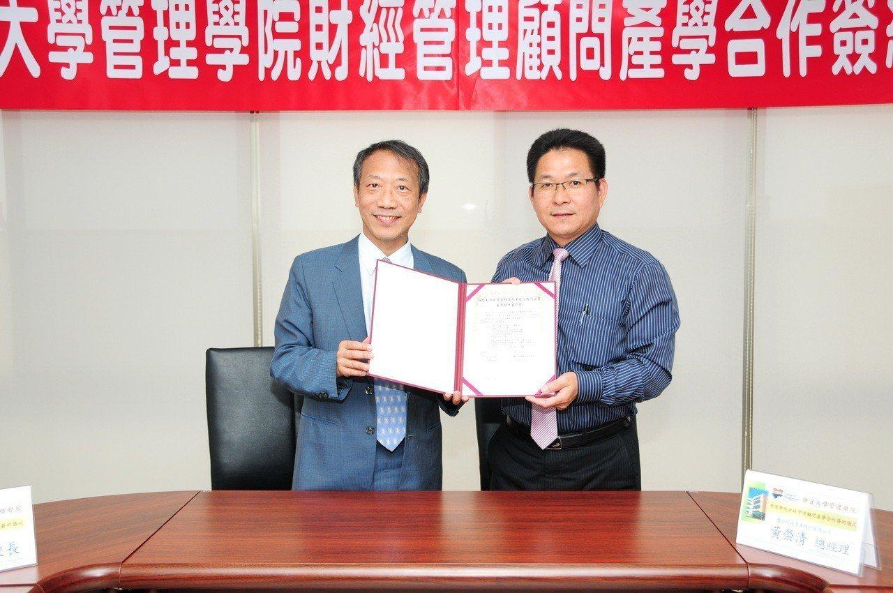 靜宜大學與慶全科技農業總經理黃榮清(右)簽署產學合作備忘錄。圖/靜宜大學提供