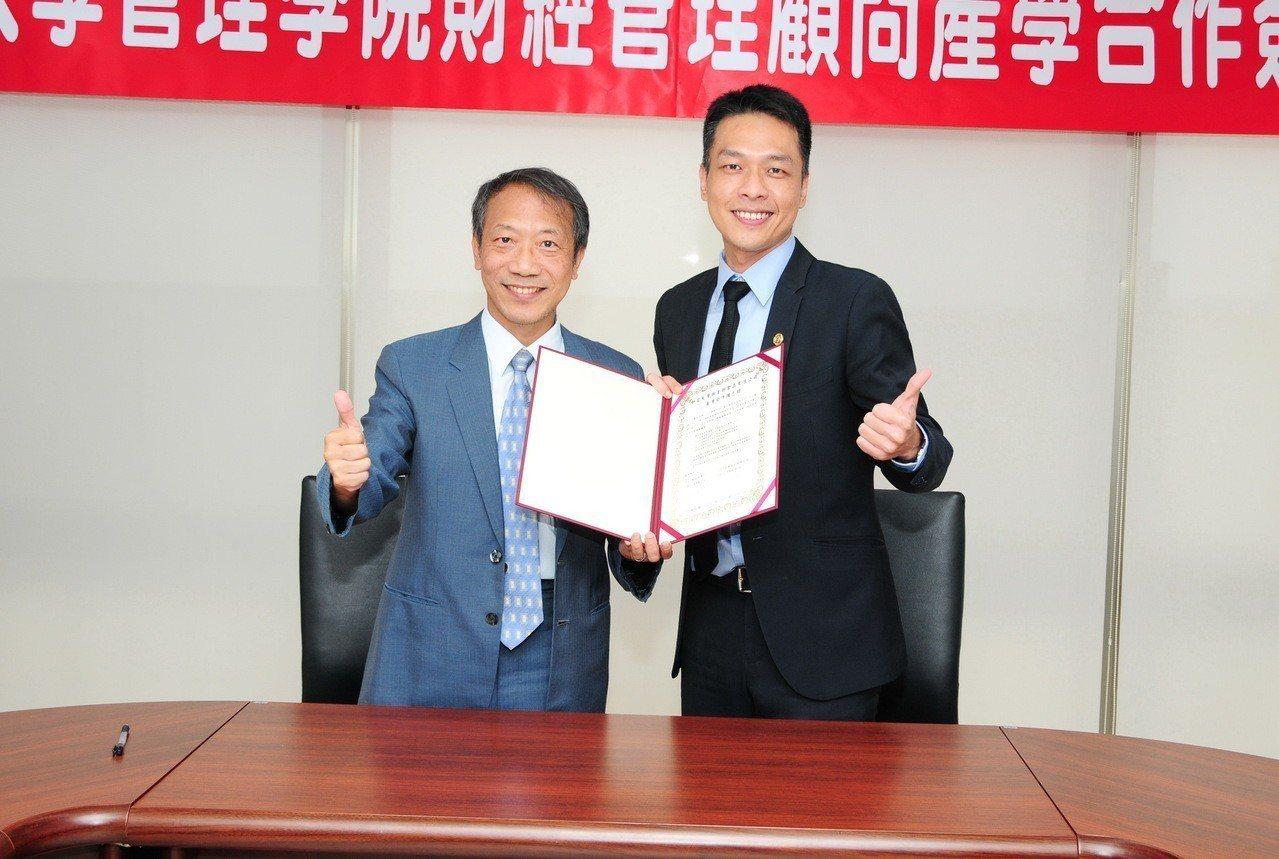 靜宜大學與王朝食品執行長許維翔(右)簽署產學合作備忘錄。圖/靜宜大學提供