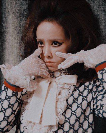 「國際蔡」蔡依林(Jolin)的造型百變,近日她為大陸時尚雜誌「紅秀GRAZIA」拍攝一組時尚新照,似乎想挑戰「怪怪美少女」路線,只是她的妝容一改過去的精緻,特別突顯眼線、口紅,甚至連眉毛都快不見了...