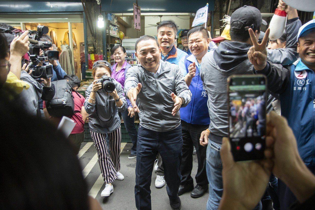 侯友宜到新莊聯邦市場掃街受到民眾熱烈歡迎。記者王敏旭/攝影