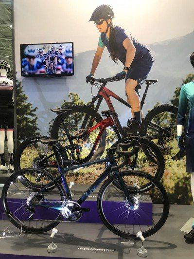 國內已經成為自行車高價車出口重鎮,全球買家都把目光都會放在車展展出的產品。 記者...