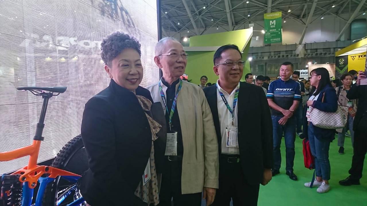 巨大集團董事長杜綉珍(左)、巨大創辦人劉金標(中)及執行長劉湧昌(左)在展覽攤位...