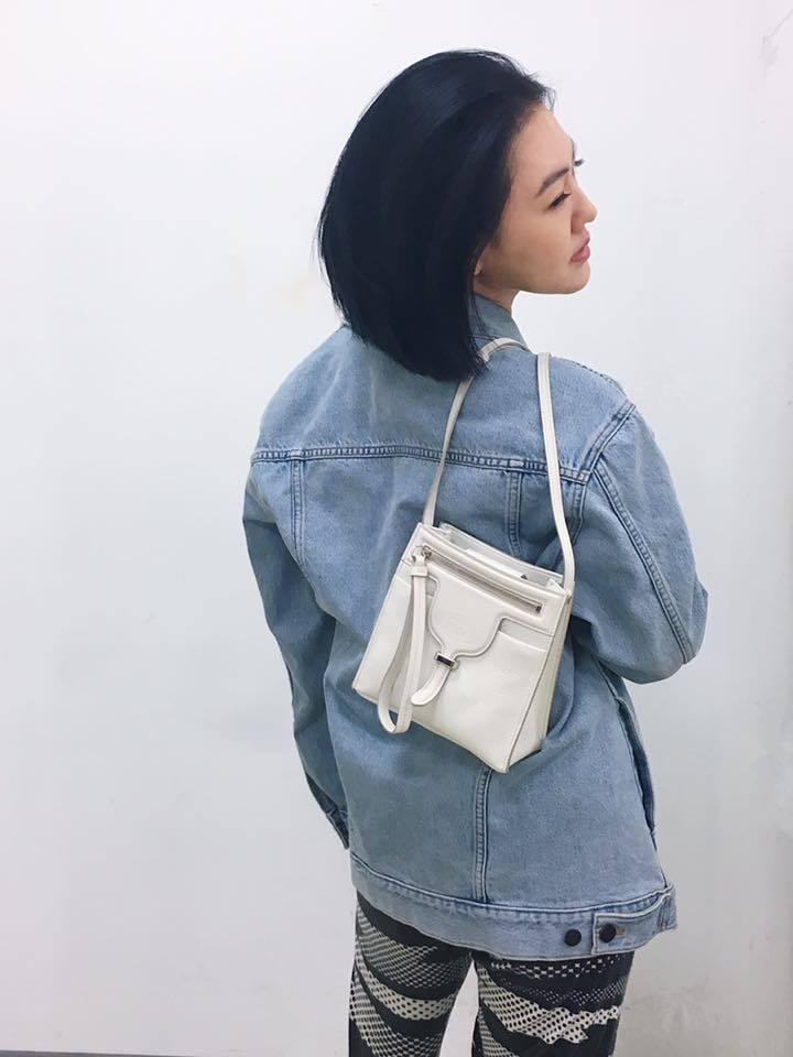 小S以TOD'S迷你款Thea Bag搭配牛仔外套,率性有型。圖/摘自臉書