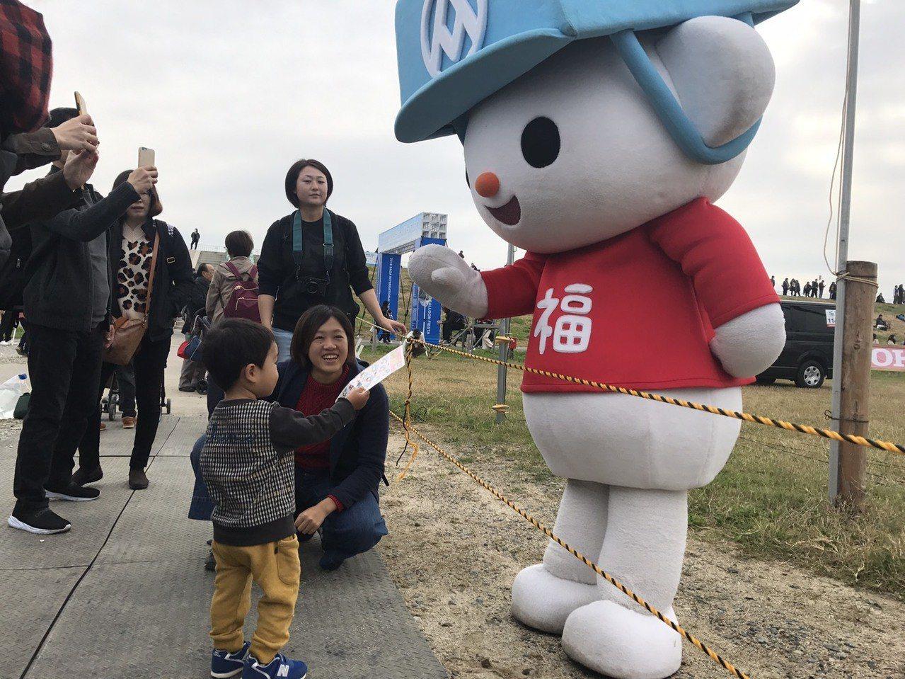 全聯福利熊高人氣,吸引日本小朋友的目光。 記者葉卉軒/攝影