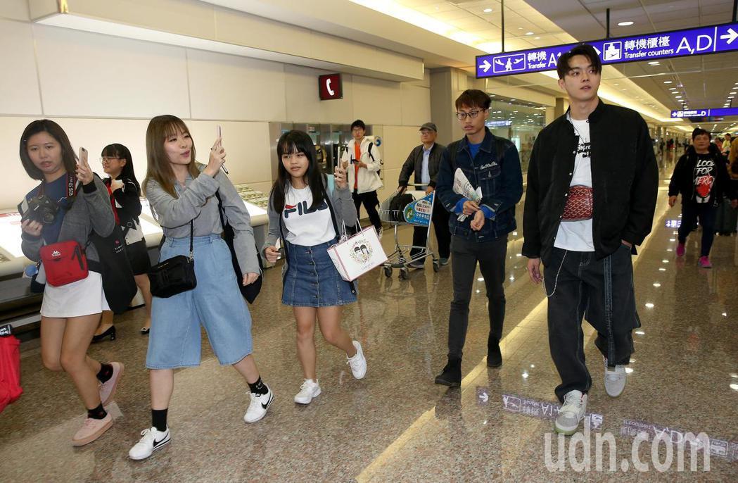 在《延禧攻略》劇中飾演富察傅恆的許凱(右),31日中午從杭州搭機來台,下機後就受...